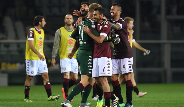 TURIN, ITALY - OCTOBER 02:  Joe Hart (C) of FC Torino celebrates victory with team mates at the end of the Serie A match between FC Torino and ACF Fiorentina at Stadio Olimpico di Torino on October 2, 2016 in Turin, Italy.  (Photo by Valerio Pennicino/Getty Images)