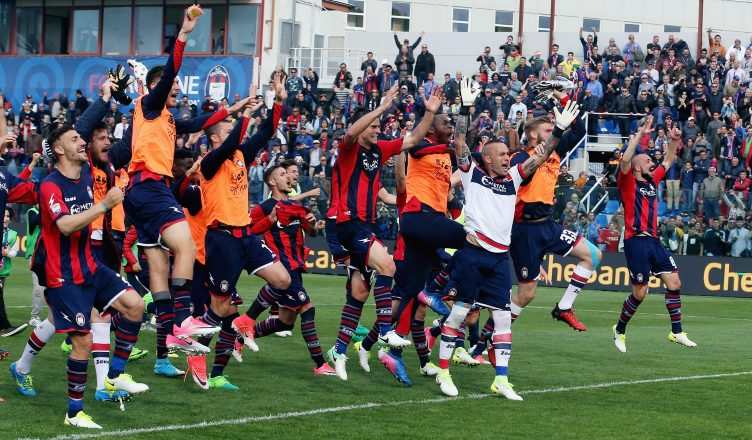 CROTONE, ITALY - APRIL 09:  Players of Crotone celebrate after the Serie A match between FC Crotone and FC Internazionale at Stadio Comunale Ezio Scida on April 9, 2017 in Crotone, Italy.  (Photo by Maurizio Lagana/Getty Images)